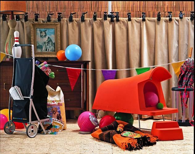 """Psí boudu neboli designový příbytek pro nejlepšího přítele člověka navrhl Michael Young pro Magis. Vyrobený z odolného polyetylenu s nerezovou základnou, k dispozici v bílé a oranžové. Dodává se se schůdky a mosaznou cedulkou s nápisem: """"AMICUS FIDELIS..."""