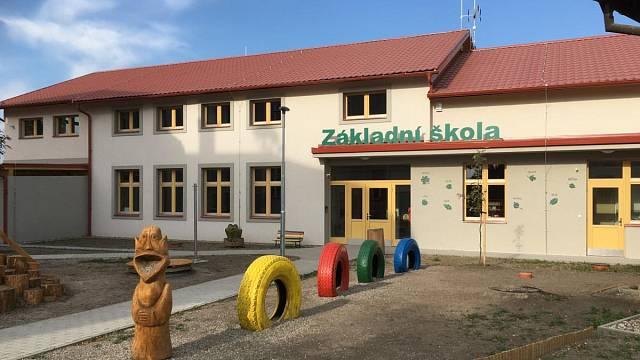 Veřejné stavby zastupuje například ZŠ Malý Újezd – nový pavilon, novostavba, zděná/monolitická, autor: Ing. arch. Jitka Becková