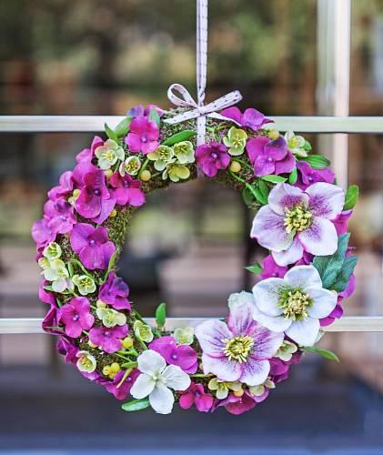 Kdo říkal, že na dveře se dává věnec jen na Vánoce? Tento půvabný, kde hlavní roli hrají květy klematisů, rozzáří každé okno či zádveří.