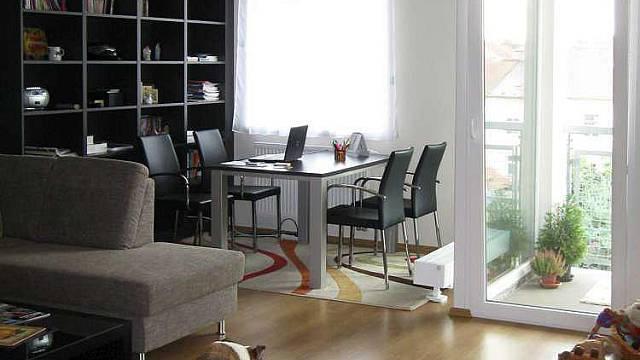 Obývací pokoj, do kterého je začleněna i kuchyně
