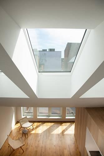 Střešní okna ve vysoké střeše výrazně pomáhají prosvětlit interiér