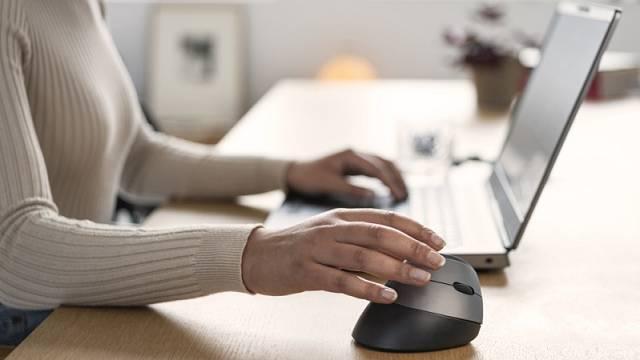 Vertikální ergonomická bezdrátová myš Bayo využívá optický sensor s citlivostí 2400 DPI a je vhodná pro praváky, cena 899 Kč.