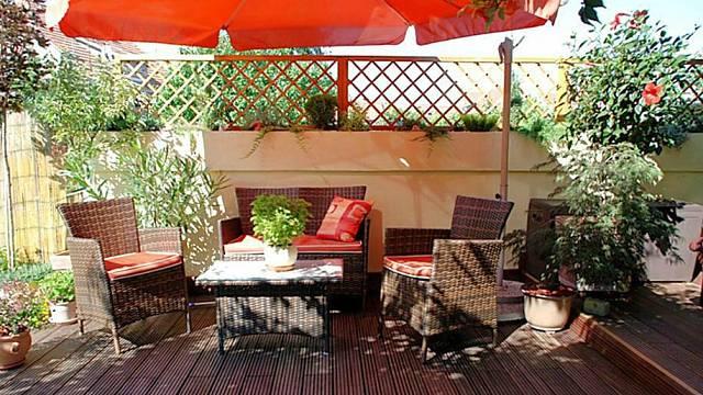 Na zahradě je vybudované příjemné posezení. Za pozornost stojí řešení svodu dešťové vody. Svod dešťové vody je veden do studny, která slouží k zalévání a zavlažování zahrady.