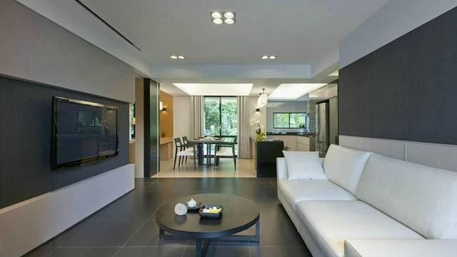 Chladný interiér v ryze neutrálních barvách působí neosobně a připomíná spíše dokonale vybavenou vzorkovnu v obchodě s nábytkem, nežli ústřední prostor rodinného domu.