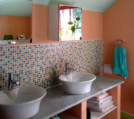 Veselá mozaika rozsvítí koupelnu. Použití dvou umyvadel znásobí využitelnost koupelny.