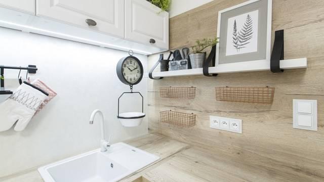 Zádové panely mají stejný dekor jako laminátová pracovní deska Dub True Nature značky Egger, která ladí s kuchyní Chocolate Day od Oresi.