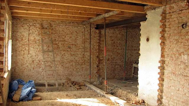 Trámový strop ve starém domě byl shora pobitý neohoblovanými prkny. Zdola pak byl rákosový strop s omítkou. Staré trámy se ručně pomocí brusky očišťovaly.