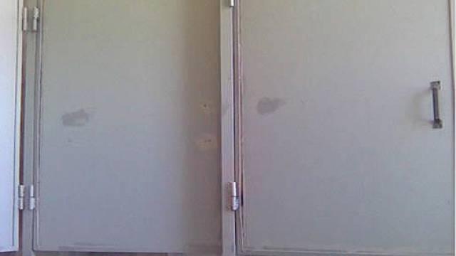 Zavírací dveře jsou velmi praktická záležitost. Ale jaký mají smysl, když sice skryjí obličej, ale intimní partie jsou odhalené?