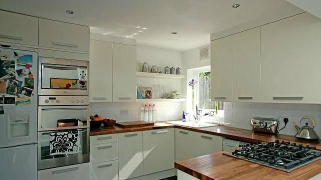 Silná masivní deska (aspoň 3 cm) kuchyň prohřeje a přizpůsobí se každému stylu - modernímu i klasickému.