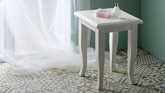 Retro stolička ze smrkového masivu se vždycky hodí, cena 6860 Kč.