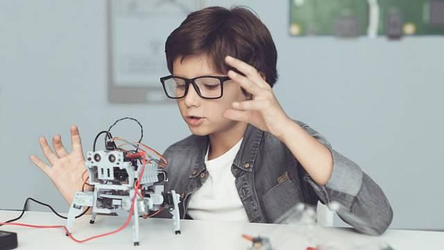 Máte-li doma malého technika či vědátora, nebojte se koupit mu něco složitějšího, jako jsou roboti nebo mikroskopy. Bude ho to jistě bavit.