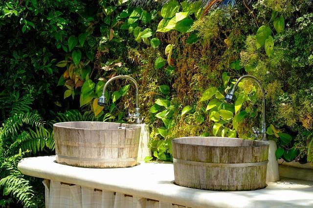Venkovní koupelna připomene tropický rezort.