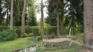 Dům se nachází v rozlehlé zahradě připomínající anglický park se vzrostlými jehličnatými stromy, jež vzbuzují představu lesa.