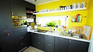 Kuchyně v kontrastních barvách