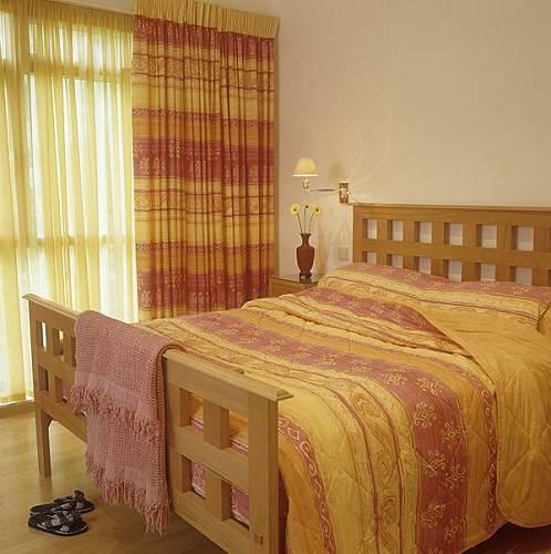 Podle feng-šuej má být postel dřevěná, má mít čelo v obdélníkovém tvaru a pod postelí má být volný prostor.