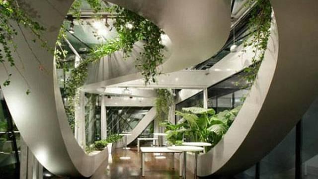 Tento úžasný projekt spojující architekturu a živou přírodu pochází z dílny Sadar Vuga Architects. Nachází se v Lublani, hlavním městě Slovinska. Tato jedinečně povedená symbióza mezi moderním interiérovým designem a rostlinami může být dalším z inspir...
