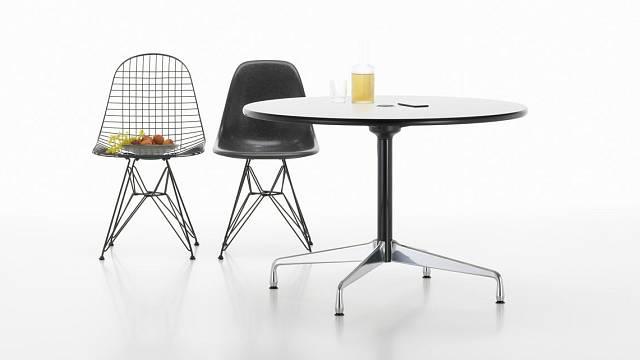 Sekgmentový stůl s židlemi DKW a DSR