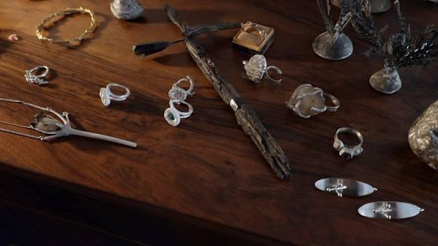 Šperky od Hanuše Lamra budou k vidění v designovém obchodu Deelive (setkání se šperkařem se plánuje zde na středu 6. 10 od 18 hodin).