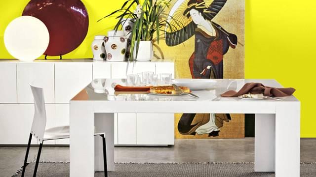 Kdo říkám, že stůl musí mít tvar obdélníku? Co například čtverec. Sami se můžete přesvědčit, že vypadá pěkně a pojme i dost strávníků. Dueci vbílém laku navrhli Ludovica a Roberto Palomba pro firmu Lema. Má rozměr 160 x 160 cm a koupit ho můžete za 60...