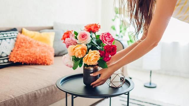 Řezané květiny letní interiér osvěží.
