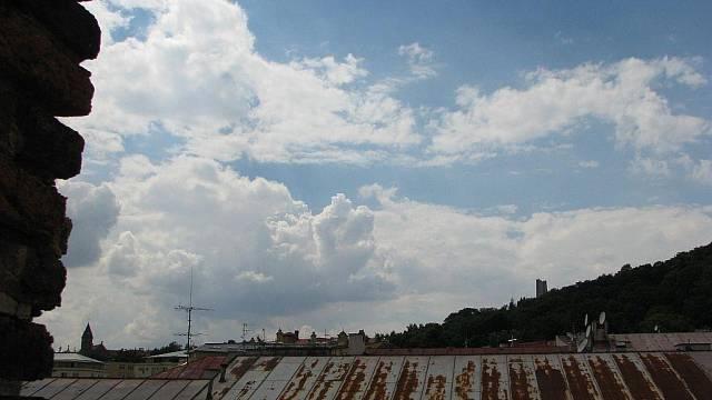 Obyčejné hliníkové střechy bez dalších povrchových úprav nemají dlouhou životnost a vyžadují pravidelné nátěry