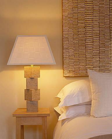 Stolní lampa s textilním stínidlem