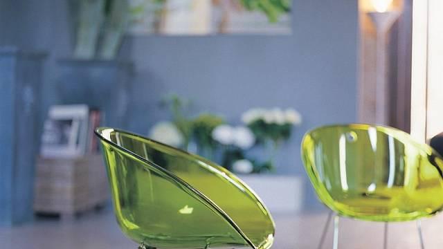 Jedna z mnoha variací na transparentní židli - Gliss od Pedrali, design Claudio Dondoli a Marco Pocci. Kromě průhledného zabarveného polykarbonátu se vyrábí i v neprůhledných barvách a s různými variantami podnoží. Foto: Alax/Pedrali