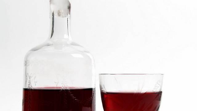 Višňovka. Pro někoho pití moc sladké, ale ke krbu v deštivém podzimu se prostě hodí.