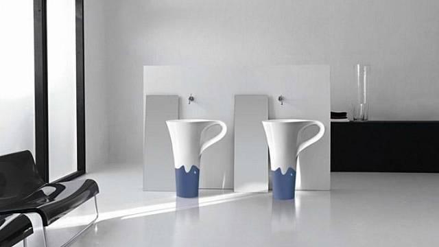 Cup (Meneghello Paolelli Associates) je jméno umyvadla ve tvaru elegantního šálku. Ouško slouží pro odkládání ručníku. Dobrý nápad, no ne?