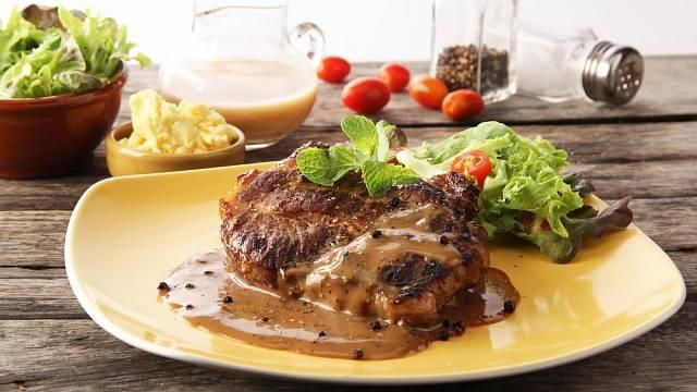 Pepřová omáčka je vynikající nejen ke steaku.