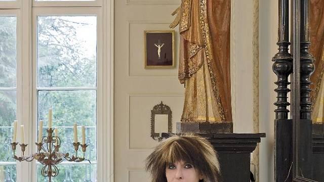 Designérka Janne Bissell ve svém domě se svým domácím mazlíčkem