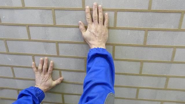 Přitlačení šablony na stěnu