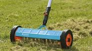 Vertikutátor proseká travní plsť, která se za sezonu vytvořila, a umožní trávníku lépe dýchat. Různé typy vyrábí například firma Gardena.