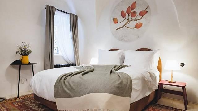 Pokoj č.1 - Šípek. Pokoj se nachází v 1NP za hodovní síní. Je do něj přístup chodbou z bistra. Klenutý strop, masivní dřevěná postel, a vana nad starou studnou jsou hlavními lákadly pokoje. Foto: Thomas Skovsende