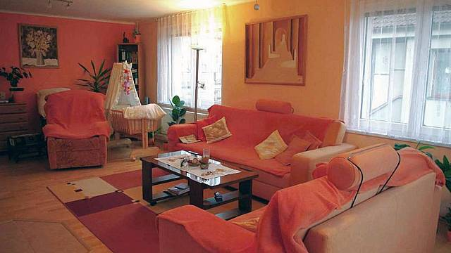 Návštěva v domě v teplých barvách