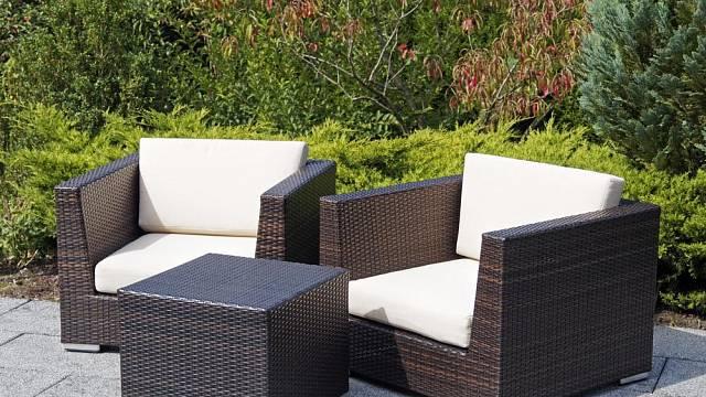 Při výběru nábytku z umělého ratanu se orientujte nejen podle ceny, ale i podle materiálu, ze kterého jsou jeho části vyrobeny.