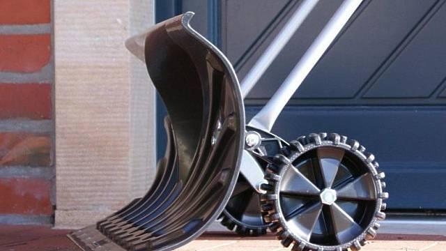 Plastový shrnovač sněhu HECHT 661 GT s kolečky, orientační cena 699 Kč