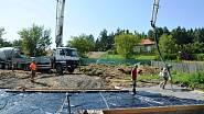 Začíná betonáž základové desky drátkobetonem