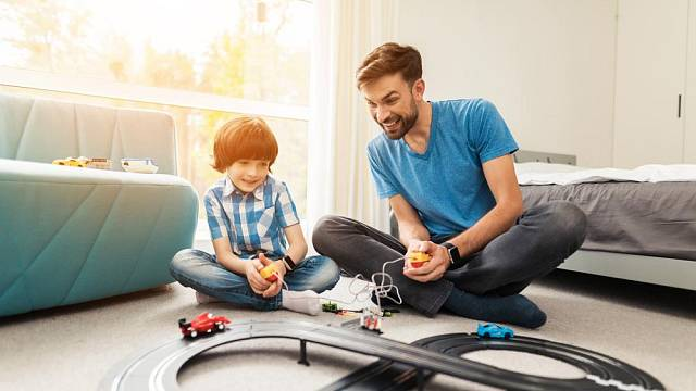 Autodráha – velký sen a úžasná hračka, u které se vyřádí děti i tatínkové dohromady.