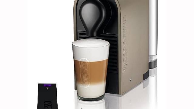 Variabilní kapslový kávovar Nespresso U v barevném provedení Pure Grey. Dostatečný prostor pro umístění sklenice vznikne jednoduše odejmutím magnetického podstavce na šálky