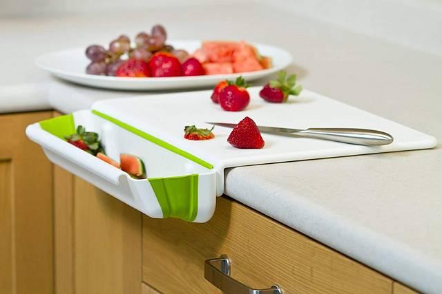 Praktické krájecí prkénko s odkládacím prostorem na odpad po krájení. Jednoduché, elegantní, z tvrzeného plastu a silikonu. Hodí se do každé kuchyně.