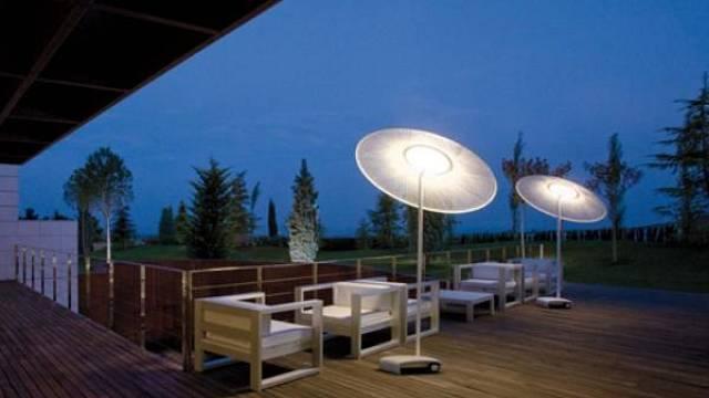 Praktická a designově zajímavá venkovní lampa od Vibia Wind3. Lampa je opatřena kolečky, lze ji tedy přemisťovat podle potřeby.