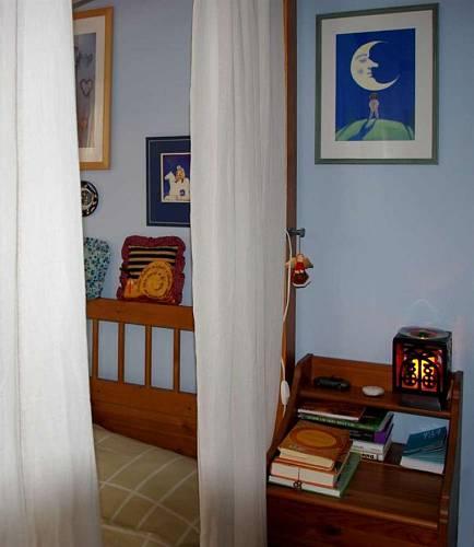 Obrazy jsou v ložnice podle feng-šuej umístěny tak, aby na ně nebylo z lůžka vidět