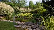 Zahradu si majitelé přáli na údržbu nenáročnou. Zahradní jezírko je příjemným oživením.