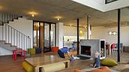 Obytný prostor je v přízemí a poskytuje velký prostor ke hraní i setkávání.