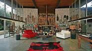 Vysoká okna zaručila filmařům dostatek světla pro natáčení, pohodlné gauče ve francouzském stylu potažené rudou látkou zase ručily za to, že erotické scény dostatečně vyniknou.