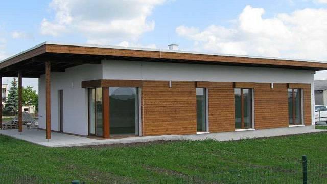 Pasivní dům, materiál nosné konstrukce - dřevo profilů KVH a BSH vysušené na 12%, opláštění stěn a příček - Ekopanely (jádro panelu z lisované slámy, opláštěné recyklovaným papírem. Vše bez použití chemických přísad. Vysoká požární odolnost, výborné te...