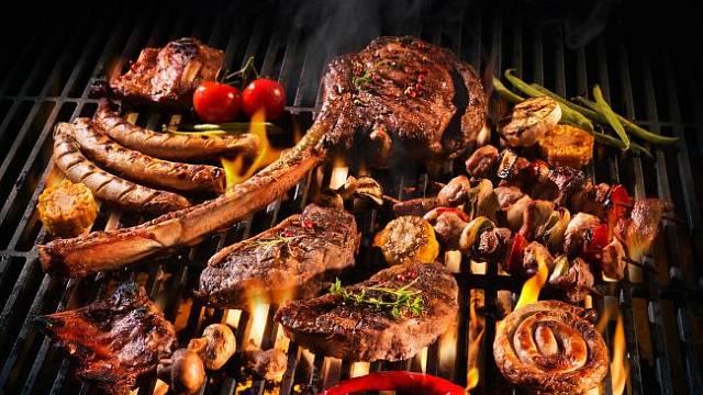 Příklad nezdravého grilování: tuk odkapává přímo do plamenů.
