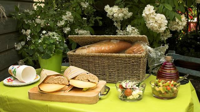 Základem pikniku je piknikový koš či batoh. V obchodech je již dnes najdete plně vybavené vším, co na piknik pořebujete.