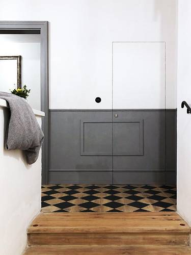 """Takzvaná 13. komnata. Veškeré obslužné prostory hotelu (serverovna, kotelna, úklidové místnosti) jsou skryté za """"bezzárubňovými dveřmi"""". Na stěnách je použito taflování (lišty ORAC + nátěr), na podlahách chodeb je namalovaný motiv šachovnice. Foto: Tho..."""